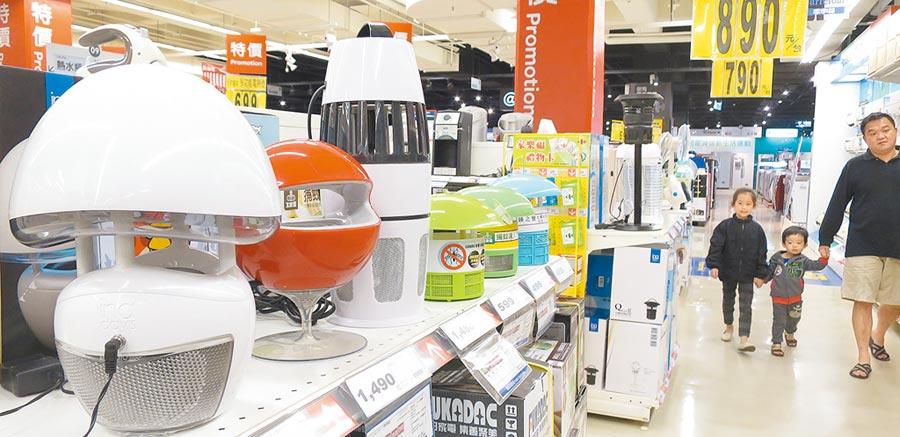 圖為賣場各式各樣捕蚊燈,也是夏季熱門商品。(本報資料照片)