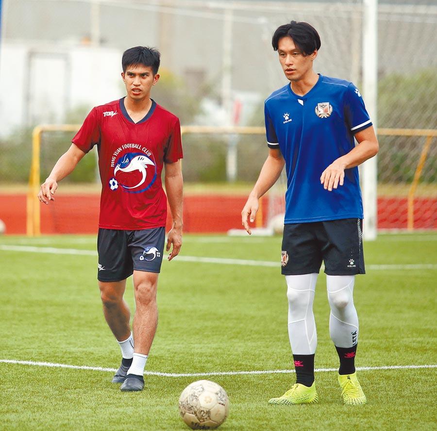 旅港好手陳浩瑋(左)與王睿近期現身輔大足球場,與航源FC一起訓練。(李弘斌攝)