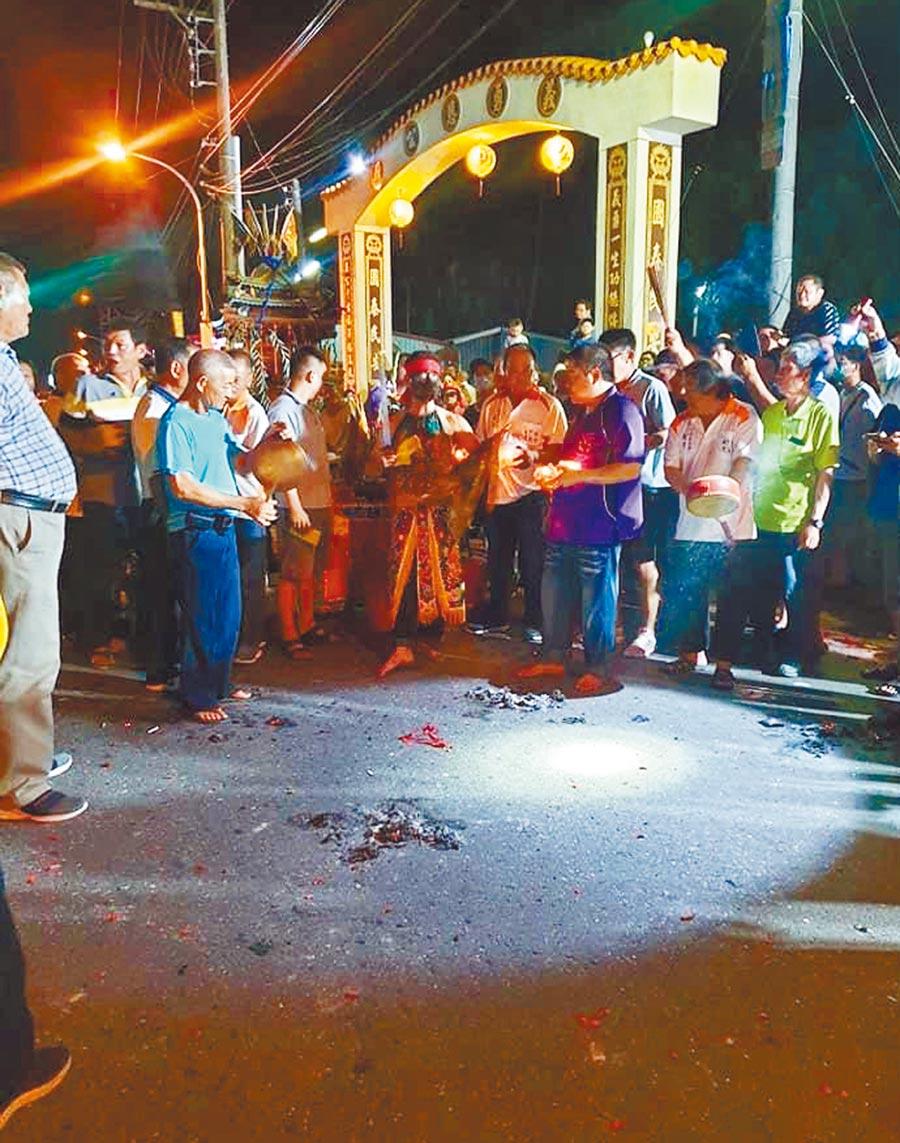 長治繁華社區近來車禍頻傳,地方信仰中心在深夜啟動路祭,地方耆老直言「50年來首見」。(林和生攝)