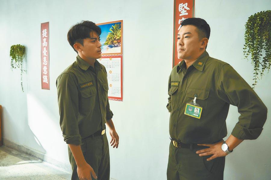 段鈞豪(右)演出輔導長,和男主角徐愷有多場對手戲。(答人文創提供)