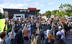 排隊買漢堡也出事!白人警擊斃非裔再引爆美怒火