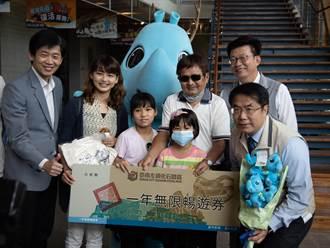 化石園區第52萬名幸運兒 嘉義7歲女童喜獲1年無限入園年票