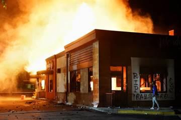 影》美警擊斃非裔 抗議者火大燒了漢堡餐廳