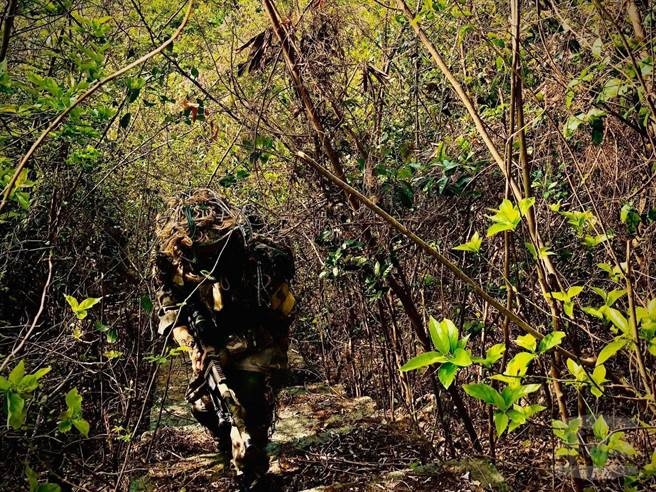 滲透狙擊偽裝潛行訓練,考驗隊員面對壓力仍須完成定向越野及進入陣地後射擊等任務,是最接近模擬實戰的一項訓練。憲兵指揮部提供