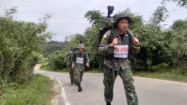 負重行軍訓練,隊員揹負重達25公斤裝備,行軍7.5公里,考驗體力及意志力。憲兵指揮部提供