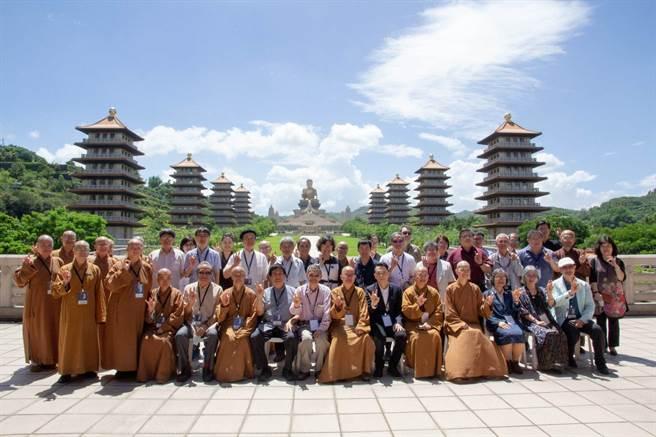 「似相非相見如來:2020夏荊山國際學術研討會」的與會者們在佛陀紀念館禮敬大廳合影。(林雅惠攝)