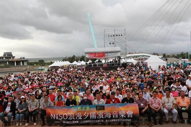 國立台灣交響樂團於高美濕地舉辦浪漫夕陽濱海音樂會,吸引上千民眾乘晚風聆賞。(王文吉攝)