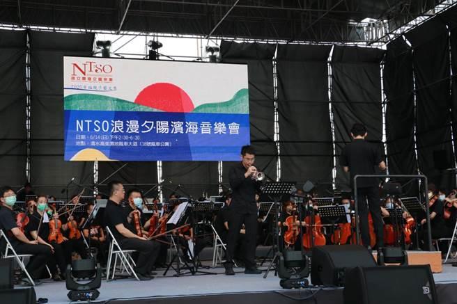 浪漫夕陽濱海音樂會於高美濕地登場,國台交樂團由葉政德指揮,演出古典交響樂曲及多首台灣歌謠。(王文吉攝)