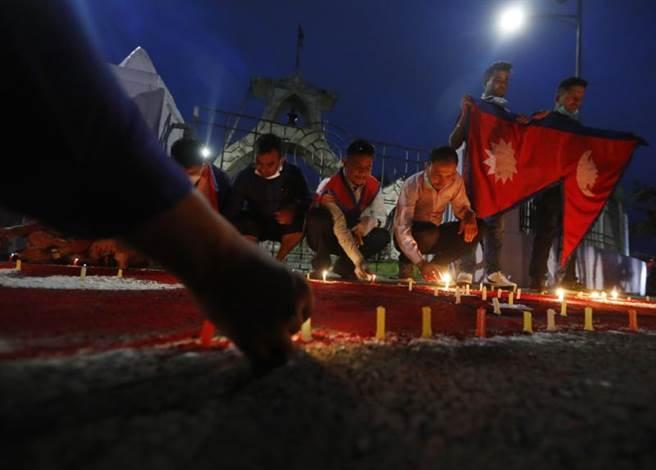 尼泊爾民眾點蠟燭慶祝眾院通過新版地圖。(美聯社)