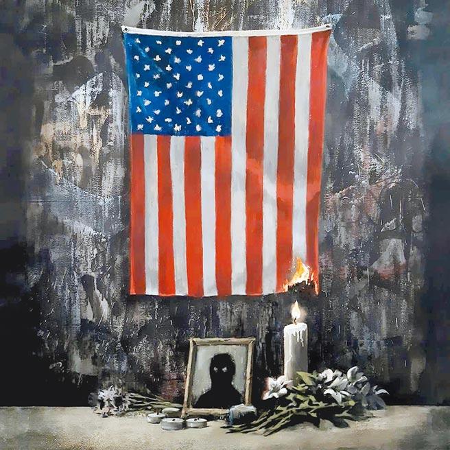 英國塗鴉大師班克斯最近新作火燒美國旗,抨擊美國有色人種被白人主導的體制辜負了,若白人不肯解決問題,就該去踹門。(路透)