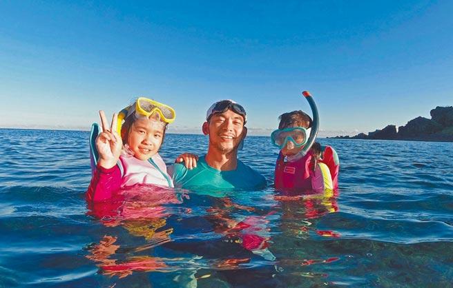 亮哲(中)很開心兩個女兒在墾丁學會浮潛。(亮哲提供)