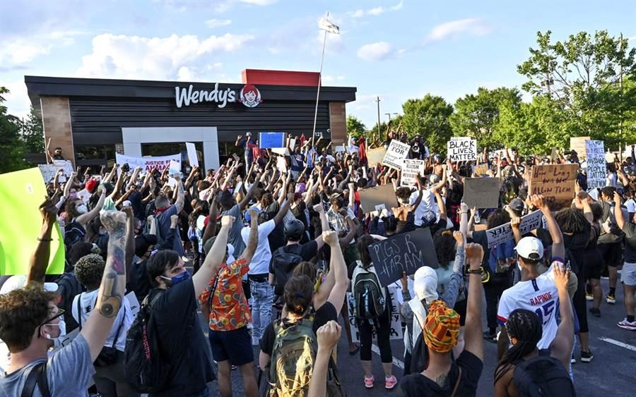 美國亞特蘭大市一名非裔男子12日晚間排隊買漢堡,最終卻遭白人警察擊斃,引爆當地新一波示威怒火。(圖/美聯社)