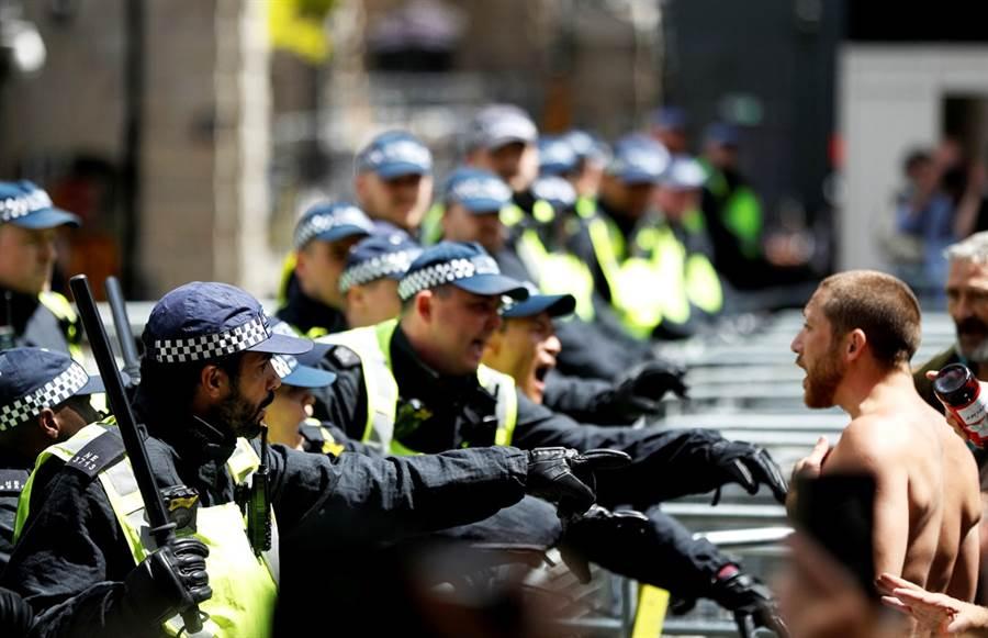 美國非裔男子佛洛伊德之死引爆全球示威抗議,13日極右派抗議人士走上倫敦街頭,企圖守護雕像不受反種族歧視抗議人士推倒,兩派人馬相遇後爆發激烈流血衝突,警方也遭到攻擊,當晚,倫敦警方已逮捕上百人。(圖/路透社)