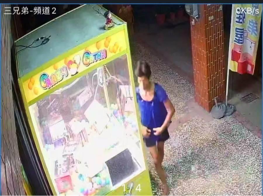 郭姓男子男扮女裝行竊娃娃機台上方的財神公仔,遭店家監視器畫面錄下。(讀者提供/程炳璋台南傳真)
