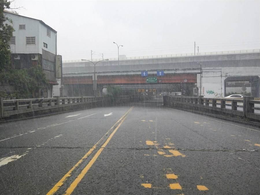 台中市下暴雨,林森地下道出現積水,警方緊急封閉道路。(民眾提供/陳淑芬台中傳真)