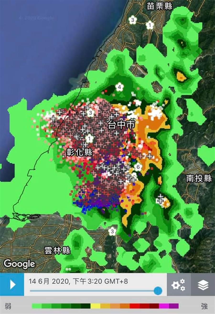 台中、彰化被籠罩在超大雷雨胞中,而且閃電非常密集。(圖/摘自天氣風險公司臉書)