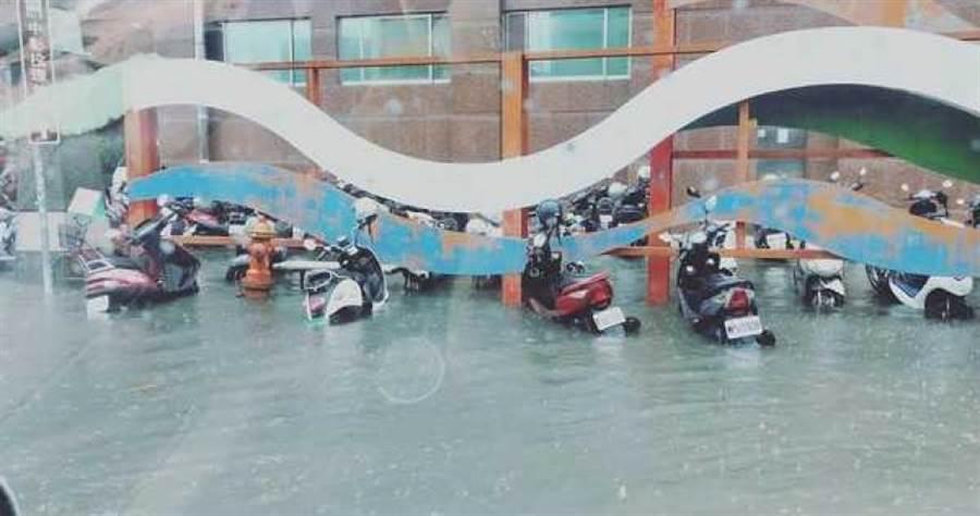 台中仁愛醫院周圍機車幾乎都泡在水中。(圖/翻攝自臉書大里人聊天室)