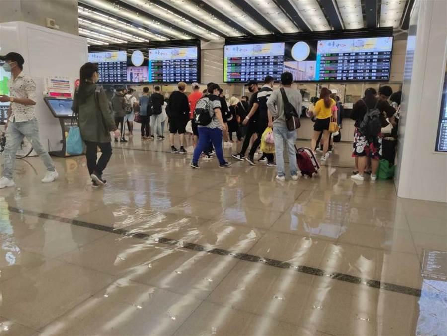新台中車站購票平台出現淹水情況。(圖/翻攝自爆料公社)