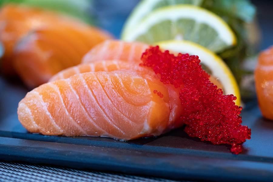 大陸爆批發市場鮭魚切割砧板驗出新冠病毒,恐衝擊相關業務A股公司。(pexels)