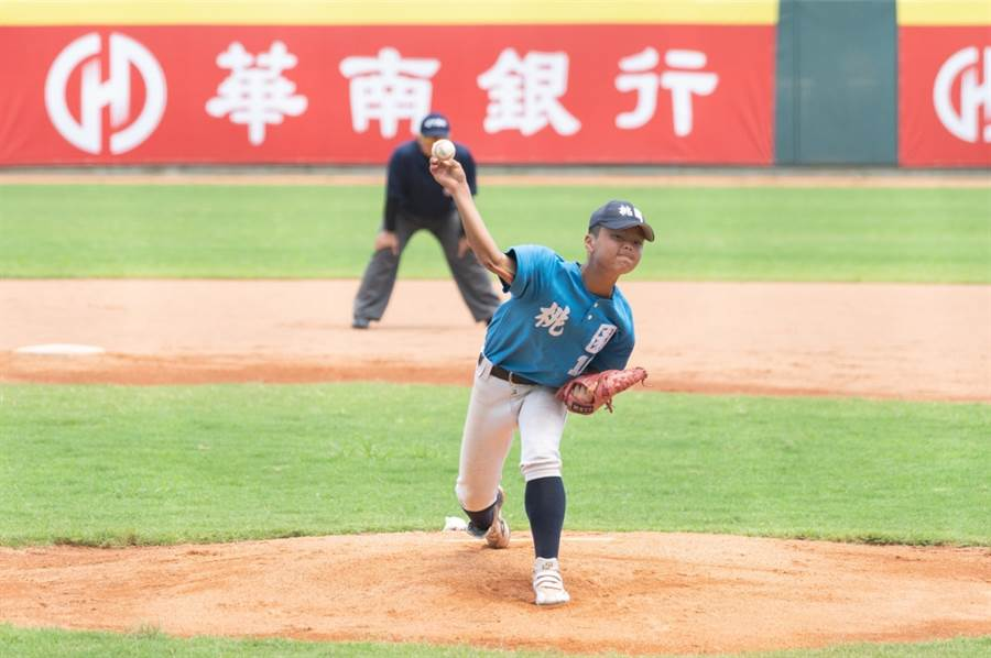 桃園市吳旻哲先發5.2局拿下勝投,並獲選大會MVP。(中華棒協提供/廖德修台北傳真)