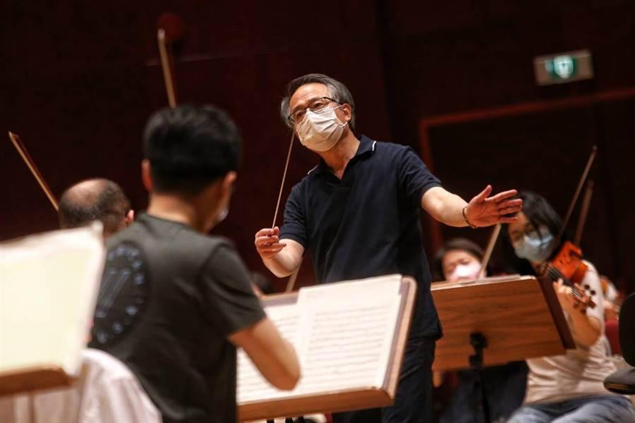 歷經澳洲染疫音樂家事件,國家交響樂團日前在音樂總監呂紹嘉的帶領下,重返舞台,連三周舉辦直播音樂會。圖為日前彩排畫面。(本報資料照片,杜宜諳攝)