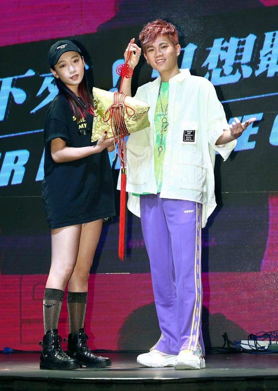 Spark(右)心目中的女神吳卓源帶著「金粽」到場祝賀。(粘耿豪攝)