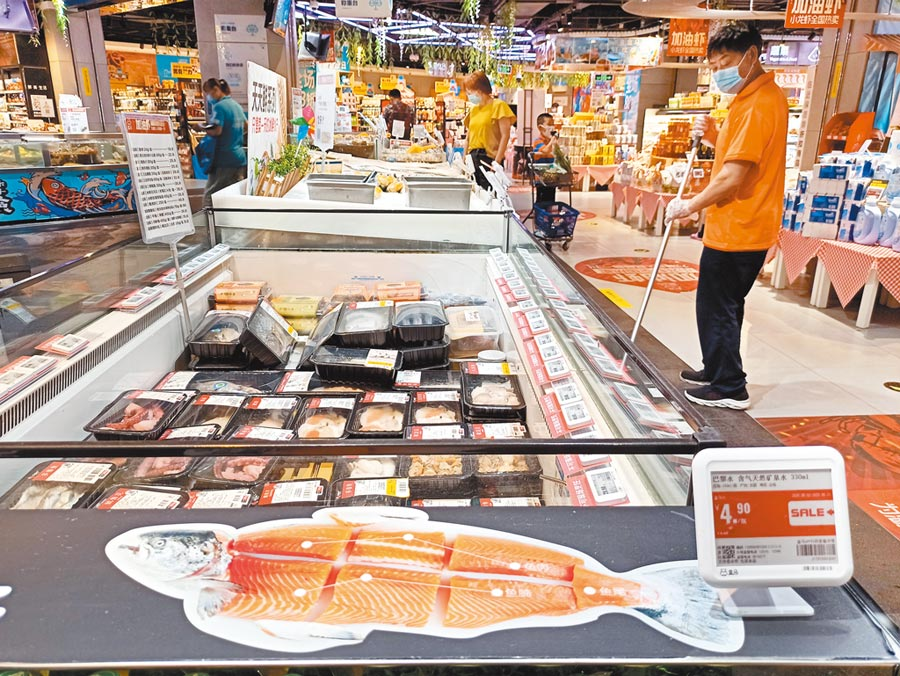 北京新發地批發市場從切割進口鮭魚砧板檢測到新冠病毒,北京一家超市內的鮭魚已下架。(中新社)