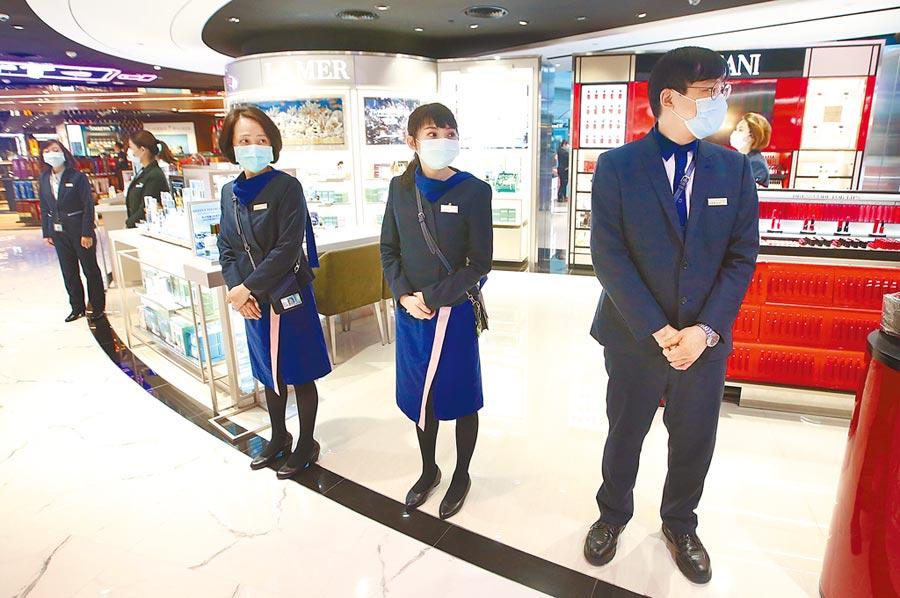 新冠肺炎疫情衝擊交通旅遊業,業者莫不咬牙苦撐,在桃園機場第二航廈免稅店內,店員等待旅客上門光顧。(本報資料照片)