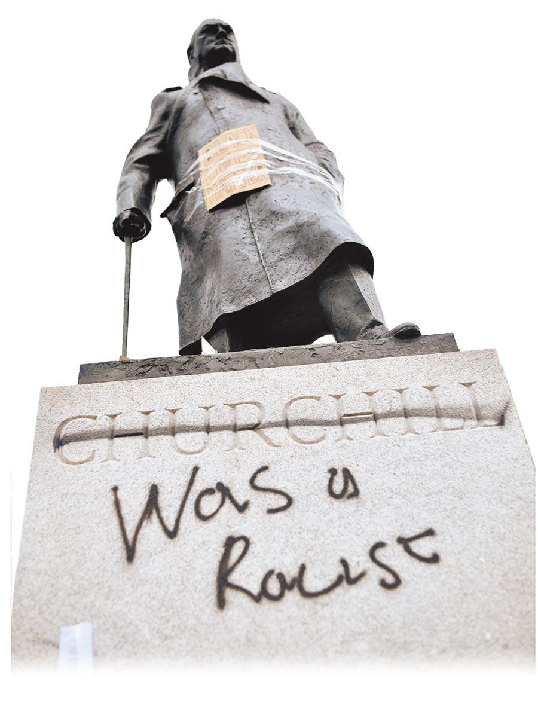 反種族歧視示威在全球 延燒,倫敦國會廣場上,英國已故首相邱吉爾的雕像下方被噴上「是一個種族主義者」字樣。(路透)