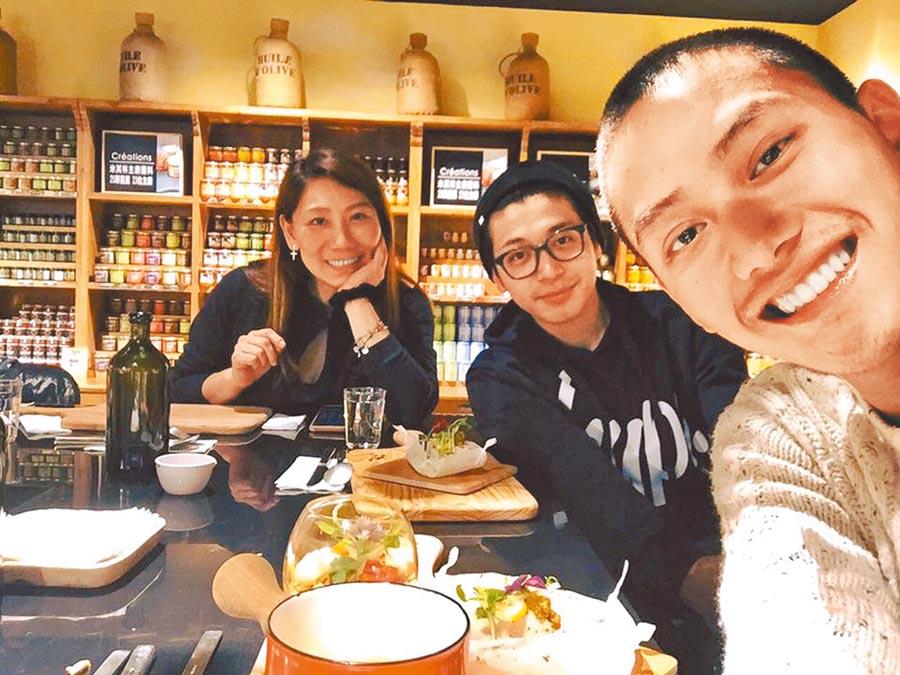 范少勳(右起)、侯彥西都是郎祖筠的乾兒子,3位演員像是一家人。(摘自臉書)