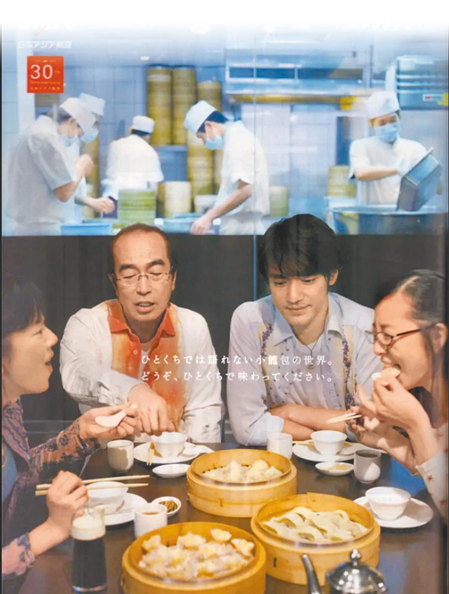 已逝喜劇天王志村健(左)與金城武曾為台日航班代言,足跡踏遍全台各地,志村健去過的餐廳幾乎都掛有他的照片。(摘自gooblog)