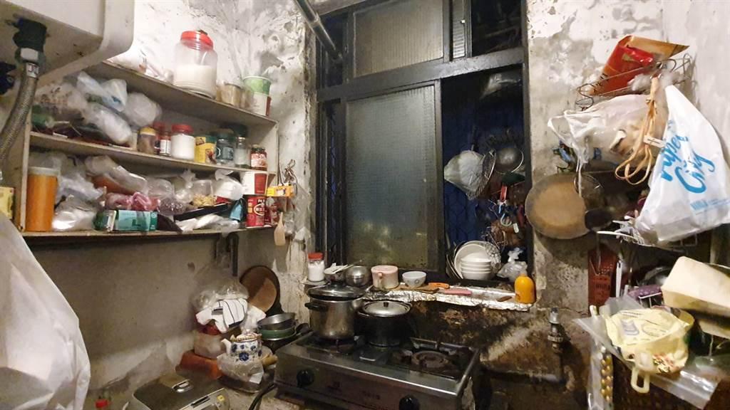 北市社會平價宅「大同之家」鋼筋外露,居民膽戰心驚。(照片/游定剛 拍攝)