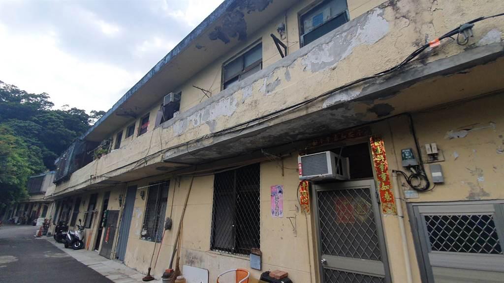 北投「大同之家」鋼筋外岔、外牆斑駁老舊。(照片/游定剛 拍攝)