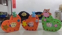 志工手做400心型裝飾品 裝糖果送警察