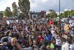 亞特蘭大非裔遭警槍殺 妻:涉案警察該坐牢!