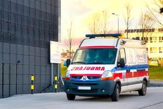 救護車車頭的字為何寫反?竟藏救命巧思