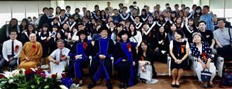 義大畢典多達45場 校長陳振遠勉畢業生正面思考
