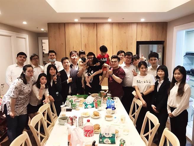 公司時常舉辦聚餐活動,讓葉孟欣(圖左下三)笑說自己加入永慶後胖了不少。