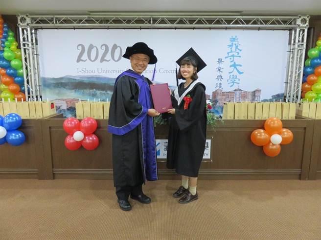 義守大學校長陳振遠(左)與畢業生代表合影。(義守大學提供/李侑珊台北傳真)