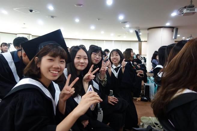 義守大學應屆畢業生於畢業典禮後合照。(義守大學提供/李侑珊台北傳真)