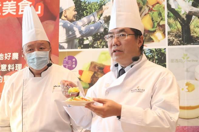 黃偉哲(右)說,將香甜的芒果入菜,別有一番風味。(李宜杰攝)