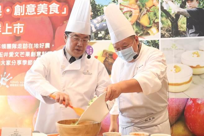 黃偉哲(左)與飯店業者主廚現場製作芒果沙拉。(李宜杰攝)