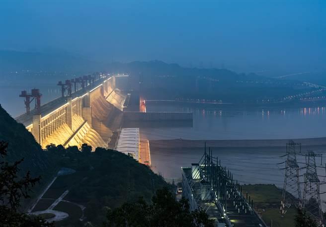 長江三峽水庫提前在9日完成洩洪,將水位由175米大幅下降到145米,共消落水位約30米,騰出防洪庫容221.5億立方米,以迎戰即將到來的長江流域超標洪水。(圖/新華社)
