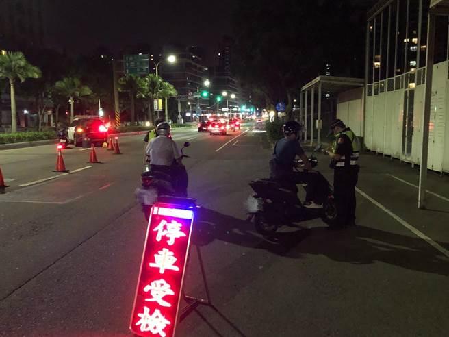 林口警分局為了維護居民深夜安寧,深夜強力取締無規車輛。(林口警分局提供/賴彥竹新北傳真)