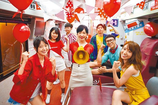 和泰汽車捐血大使吳宇舒(中)鼓勵民眾養成定期捐血的習慣。(和泰汽車提供)