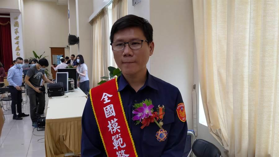 殉職鐵路警察李承翰的姊夫、台中市警偵查佐莊貽麟榮獲今年全國模範警察。(胡欣男攝)