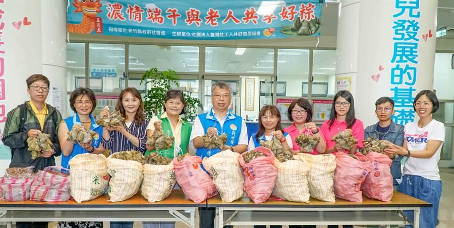 獨居張婆婆捐贈1000顆肉粽,社會處長李國祿(中)表示將送給接受送餐服務的獨居及弱勢老人共168人,享用張婆婆的愛心粽。(羅浚濱攝)