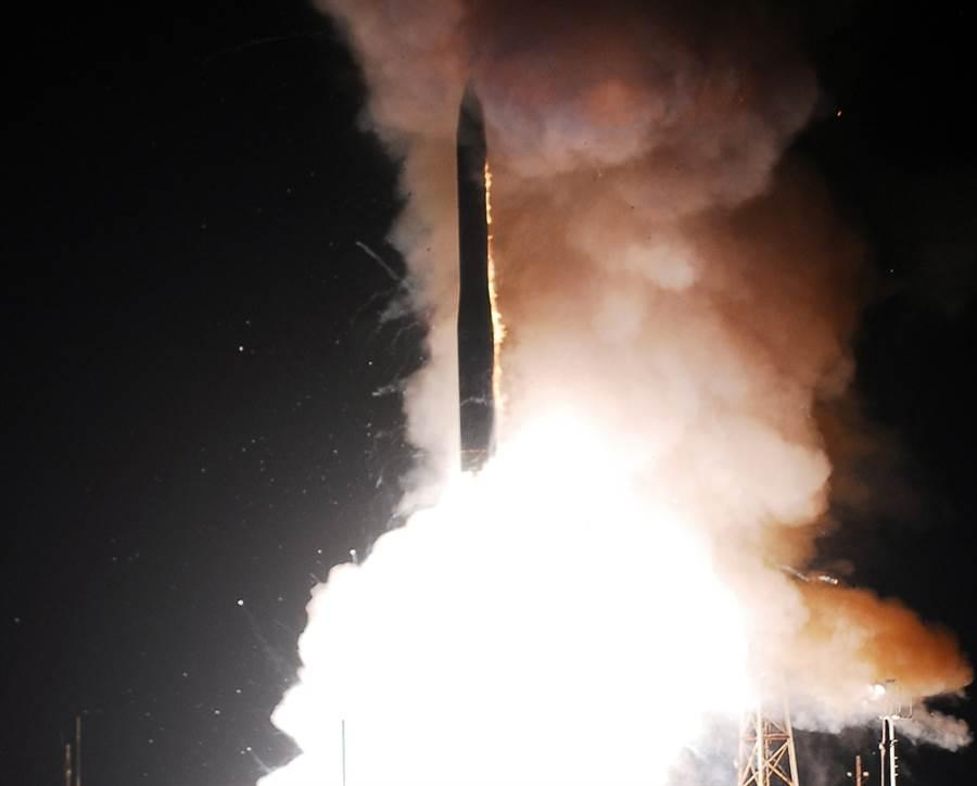 瑞典智庫「斯德哥爾摩國際和平研究所」(SIPRI)15日公布年度報告指出,指出各擁核大國持續現代化改造核武及相關設備,代表冷戰後邊緣化核武器的思維已出現重大逆轉,美俄恐掀起新一波核武軍備競賽。圖為美國2008年試射義勇兵三型(Minuteman III)洲際彈道飛彈資料照。(資料照/美國空軍)