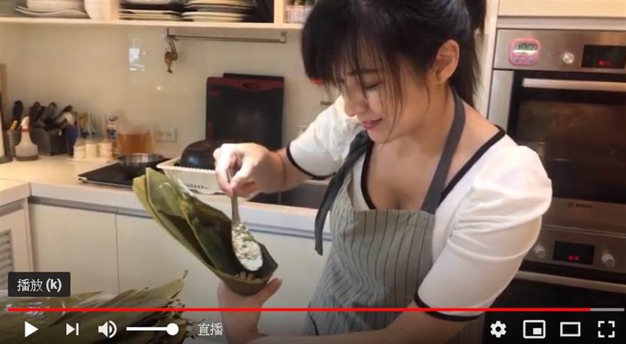 何庭歡今示範包肉粽。(取自直播)