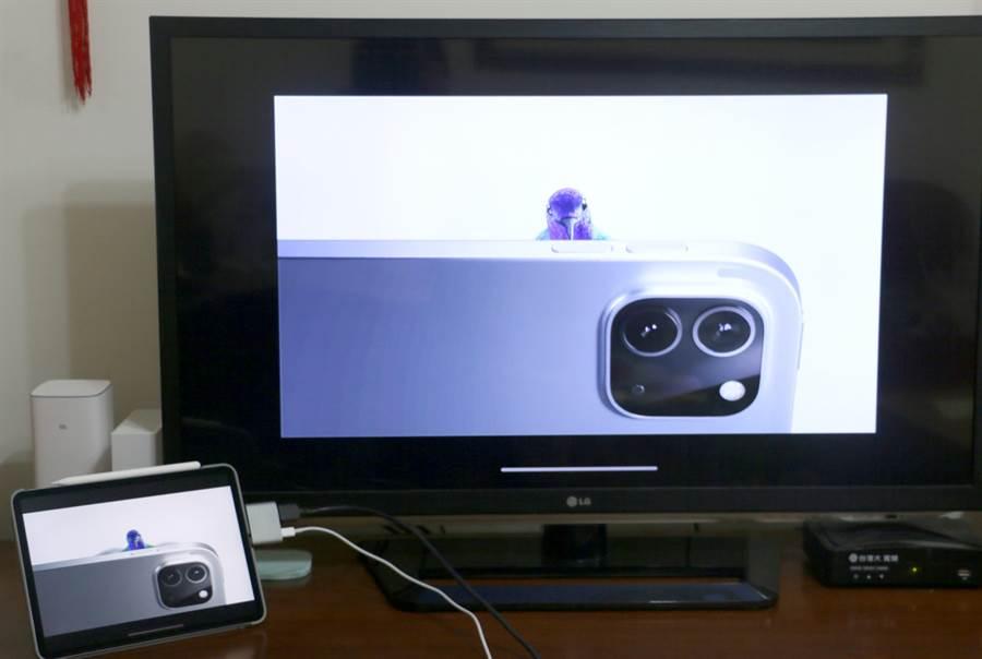 "iPad Pro 11"" 第二代接上Moshi USB-C to HDMI 雙端口轉接器後,可於電視上同步顯示螢幕上的內容。(黃慧雯攝)"